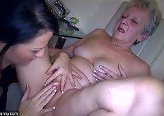 セクシーな若い女性とふっくらとした長老のおばあちゃんはおもちゃでセックスします