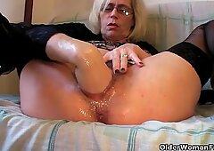 Pervy祖母は彼女の毛皮のようなひったくりをこぶします